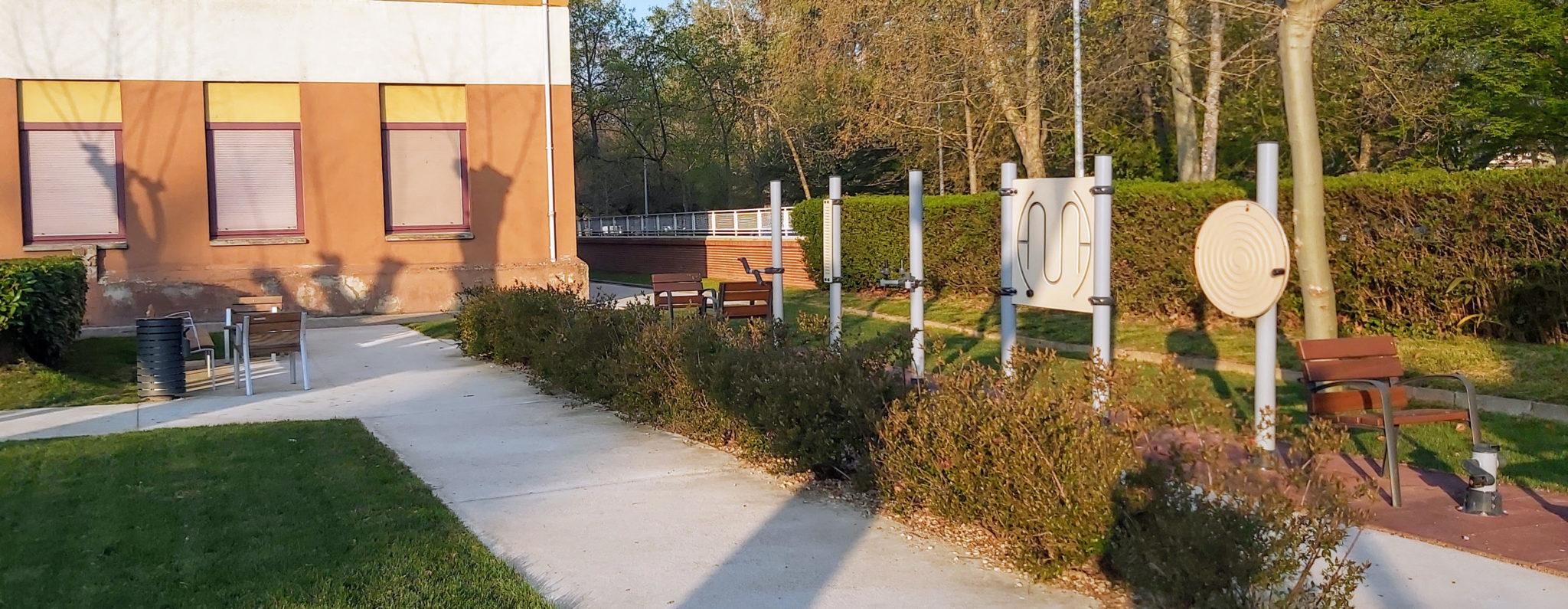 Columpios para personas mayores en los Jardines de la Casa de Misericordia