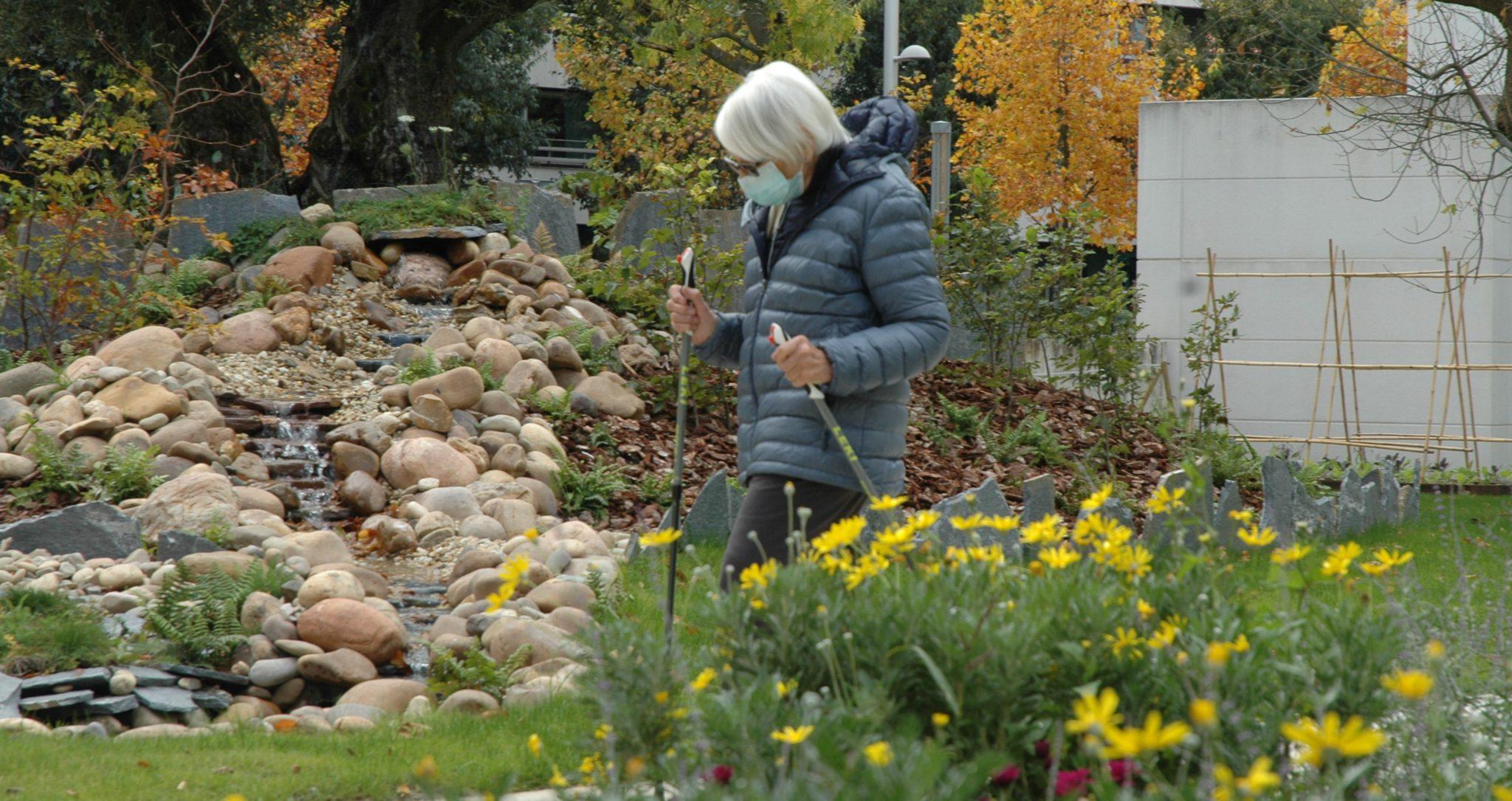 Residente de la Casa de Misericordia realiza marcha nórdica en sus jardines.