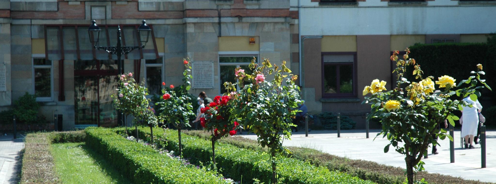 Flores en la entrada de la Casa de Misericordia