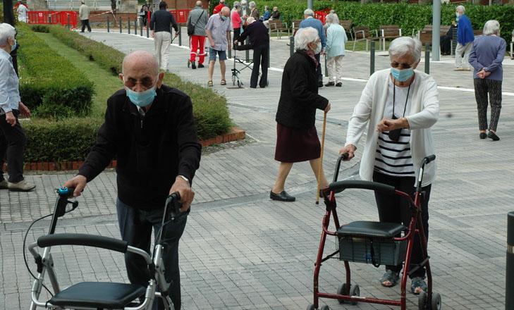 Residentes de la Casa de Misericordia paseando