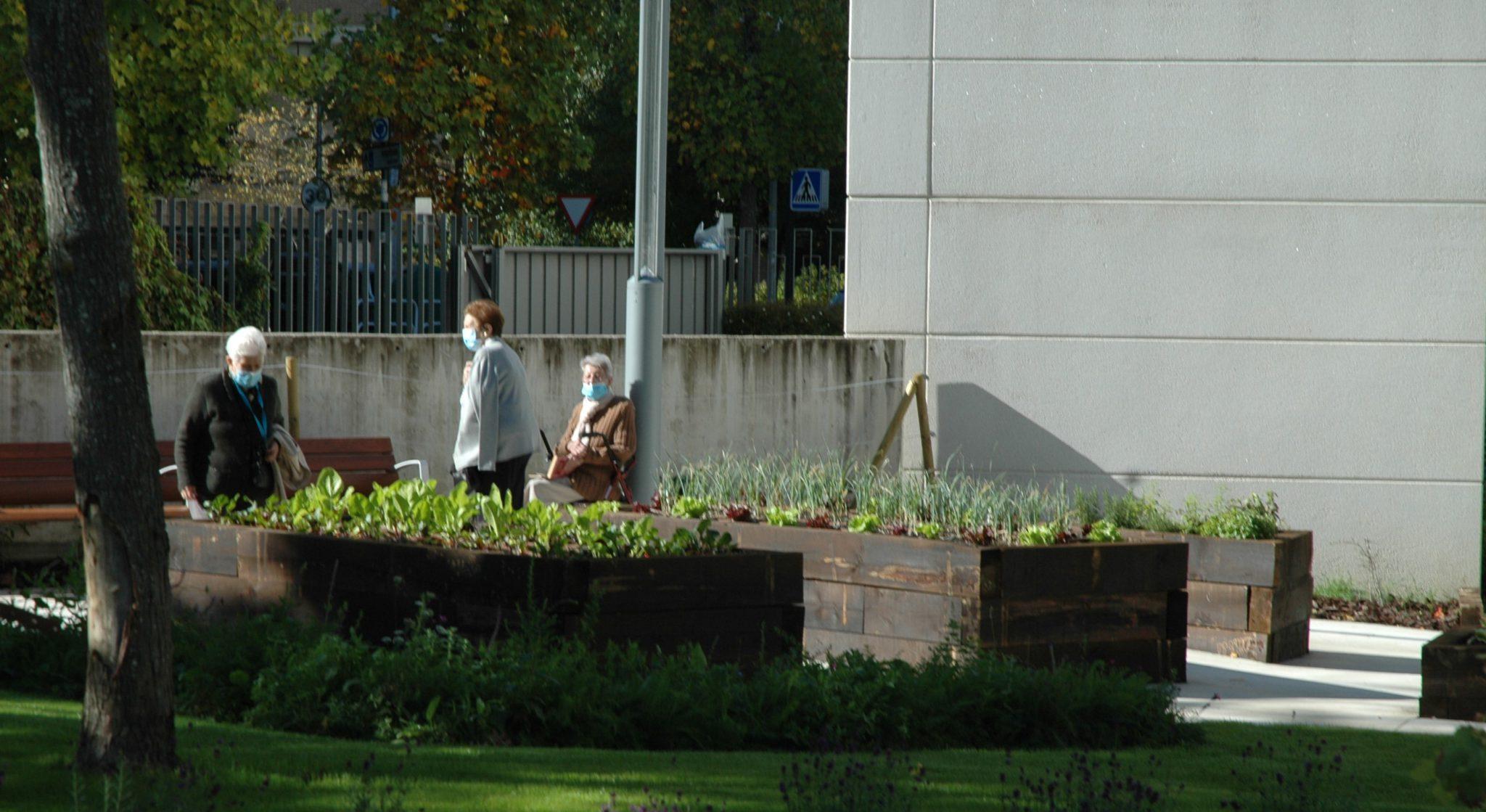 Personas en el nuevo jardin