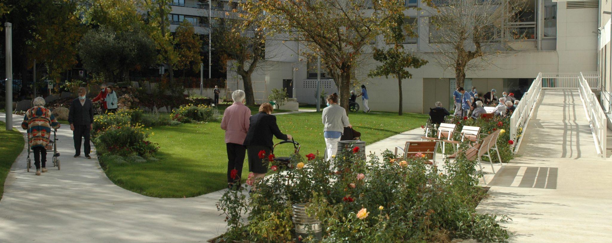 Paseos de residentes en el nuevo jardin