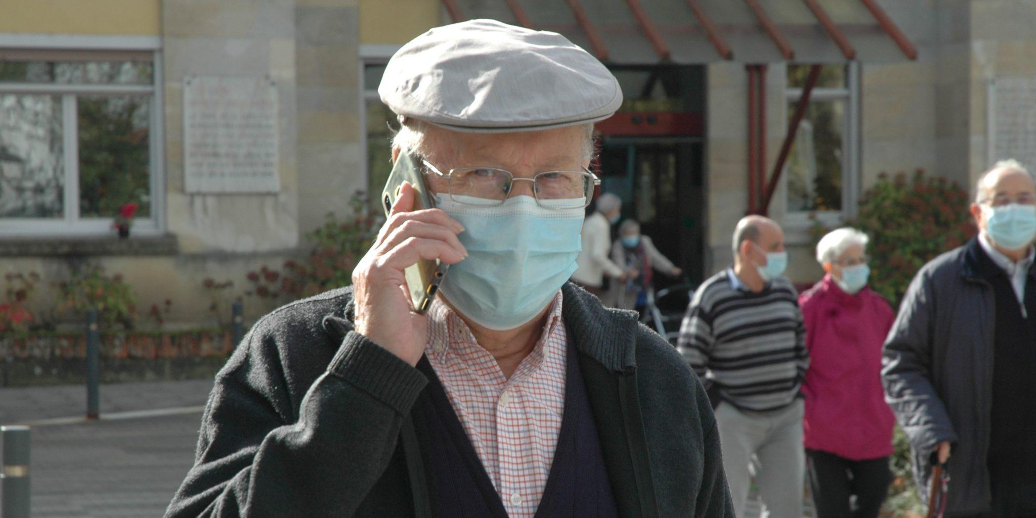 Residente de la Casa de Misericordia hablando por teléfono.