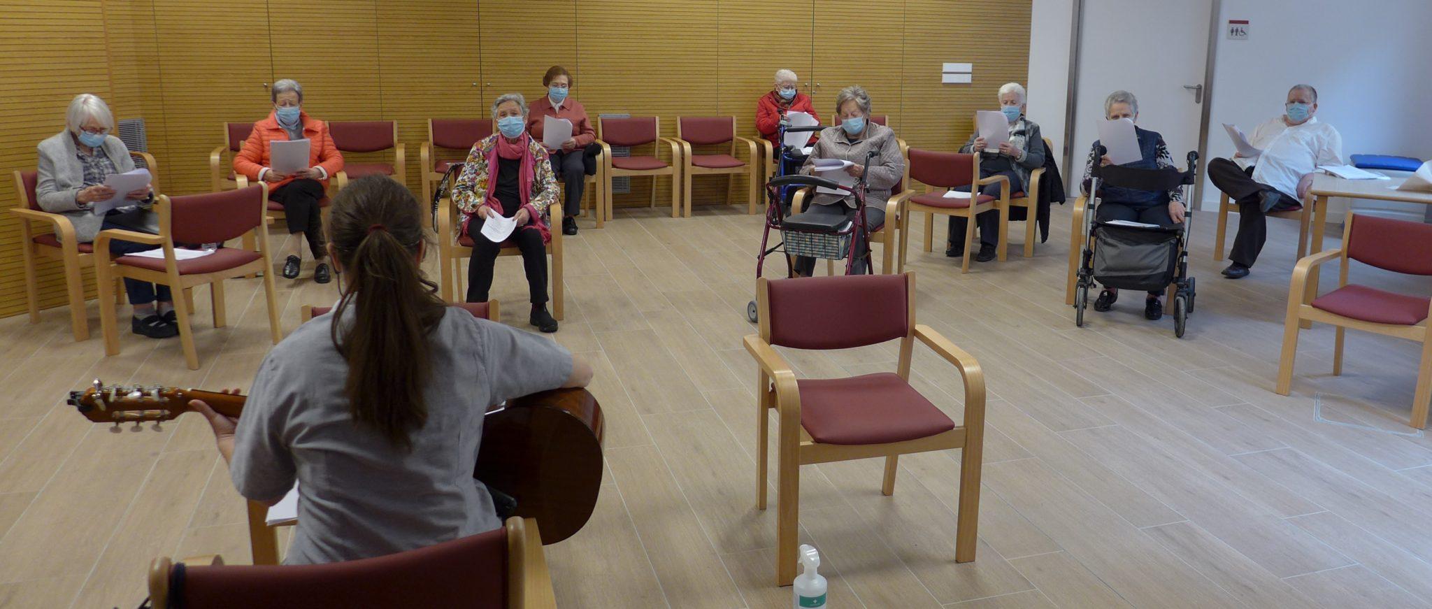 Residentes cantan en una sala de la Casa de Misericordia