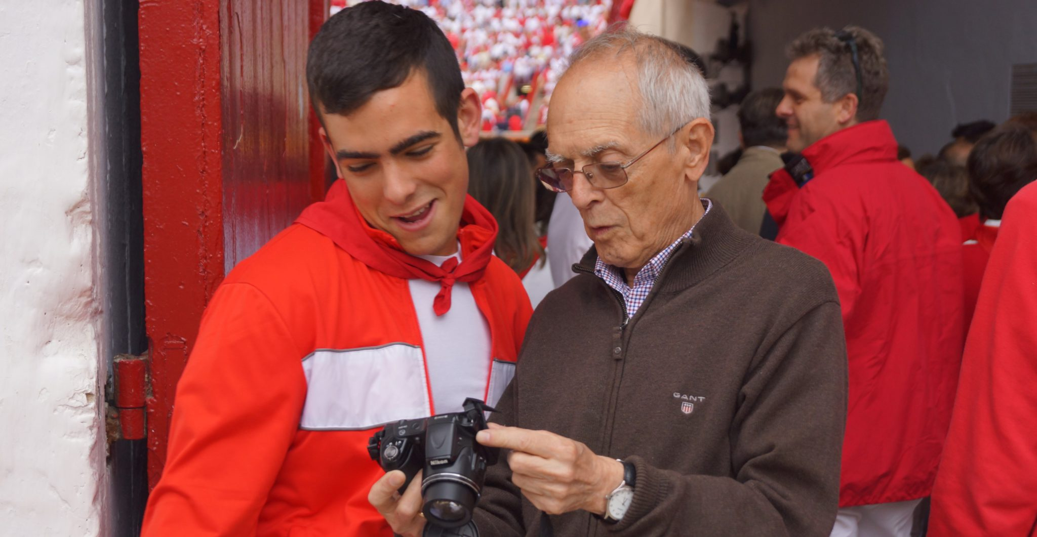 Ignacio Cía presencia una fotografía en su cámara