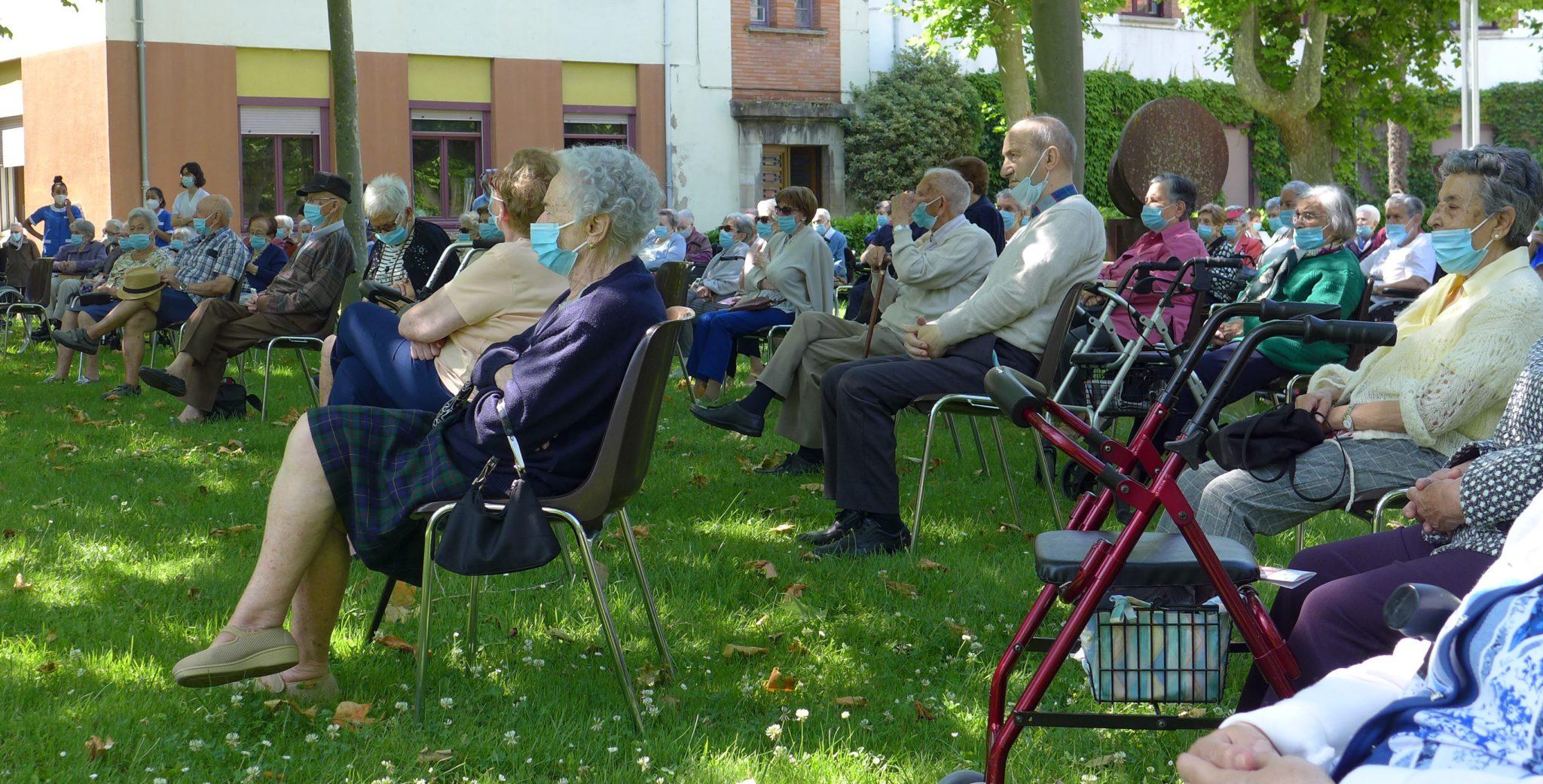 Residentes De La Casa De Misericordia En Los Jardines